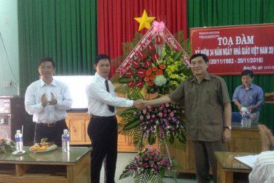 Ủy viên Trung ương Đảng -Phó bí thư tỉnh ủy Tỉnh Trần Quốc Cường làm trưởng đoàn đến thăm, tặng hoa và chúc mừng trường THCS Nguyễn Tất Thành nhân ngày Nhà giáo Việt Nam