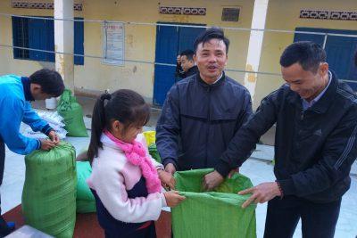 Giáo viên và học sinh THCS Nguyễn Tất Thành góp gạo ủng hộ bạn nghèo ăn tết